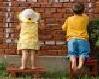 kinderen bij muur klein